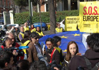 Los medios de comunicación grabando la acción y las declaraciones de la portavoz de Amnistía.