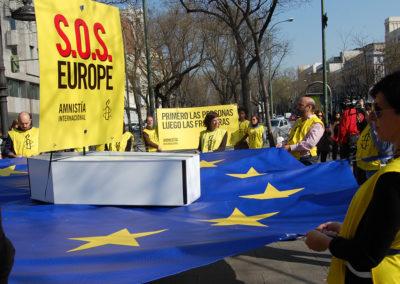 """Activistas listos para iniciar la Acción """"Primero las fronteras, luego las personas"""", Frente al Ministerio del Interior de España."""