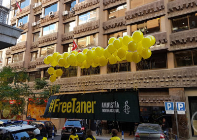 Pancarta flotando frente a la fachada